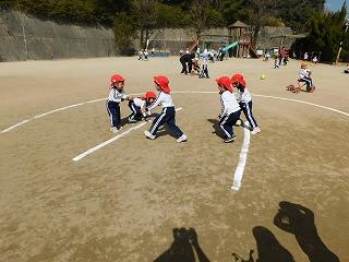 お昼から園庭では子どもたち同士で、お相撲を取り組んでいました(´∀`)