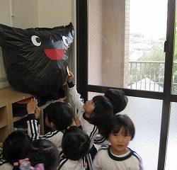 新聞ビリビリした後は、黒いふくろにいれてお掃除しました。その袋に先生がお顔をつけてくれて、「お友だち」が出来上がりました!!