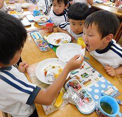 給食は年少さんと年長さんが一緒に食べていました。いつもは自分でパクパク食べている年少さんも、今日はお兄ちゃんやお姉ちゃんがいてくれるからか、上手に甘えていました。