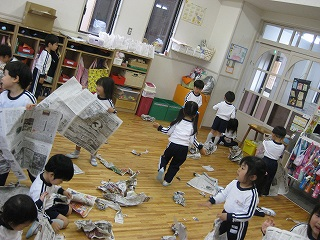 年少さんの保育室では「新聞ビリビリ」遊びが豪快に行われていました。