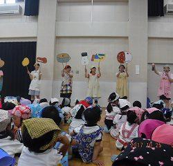 先生たちとペープサートでカレーライスの歌を歌いました