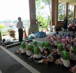年中組が JA徳島の方からさつまいもの植え方の説明を聞きました。