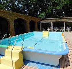 運動場にプールを組み立てました