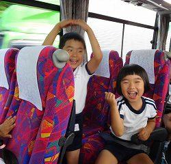 バスの中では、ゲームをしたり・・・
