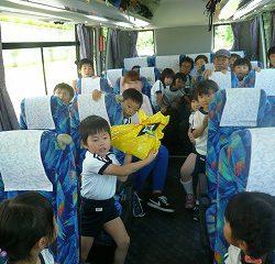 突然…忍ちゃんの声が聞こえてきて、バスの中を見渡すと、なんと!!忍ちゃんからの贈り物があったのです!!!
