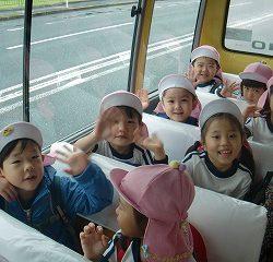 園バスに乗って今から出発で~す!