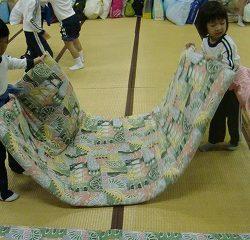 子ども達みんなでお布団を敷きました!