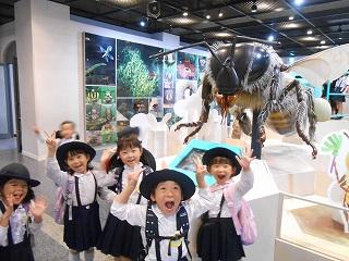 わー\(・o・)/!大きな蜂のお出迎え!!