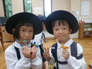 出発の前にラキューで蝶を作っていた子どもたち☆昆虫館楽しみー!!