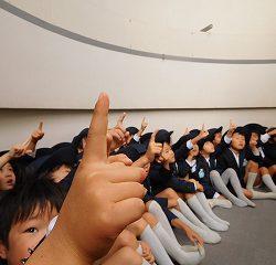 「西の空はどこかな~?」との問いかけに指をさして答える子どもたち!!
