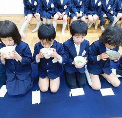 静かな雰囲気の中、美味しいお茶を味わう子どもたち。