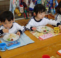 幼稚園では自分で食べていますよ♪