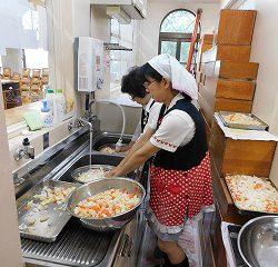 子ども達が切ってくれた野菜は、綺麗に洗います!!