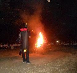 ほたると仙人がきてくれました!仙人さんから教えてもらった呪文「くゆてびのくゆてびのぷんやき」を言うと仙人さんの杖がなおって火をつけてくれました!そしてキャンプファイヤースタートです!