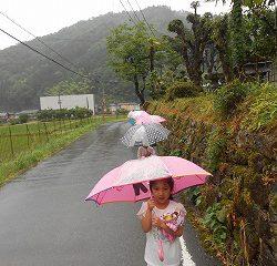 傘をさしてお寺へいきました!