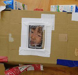 いちごパックでできた窓から「お~い!!」