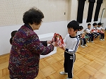 1位~5位の子どもたちは、園長先生から表彰状とトロフィーをもらいました!!