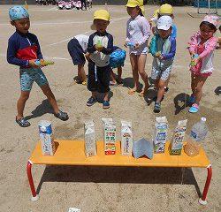 水鉄砲ゲームスタート!!「やったー!!水で牛乳パック倒せたよー!!」「私もやってみたい!!」と大喜びの子どもたち。