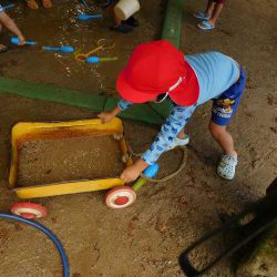 砂に水を混ぜて泥を作ったよ!