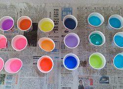 雨の日の色水遊び。サインペンで紙に色を描いて水の中に入れると綺麗な色水の完成☆「すごい!きれい!」ととっても楽しんでいました。