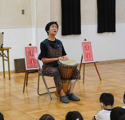 アフリカの太鼓、 『ジェンベ』を叩いてお話を盛り上げてくれました。