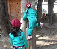 登れる子が見本を見せる