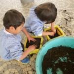 植木鉢にたくさん土を入れて♪