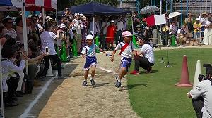 年長児競技「リレー」。どちらが勝つでしょうか。