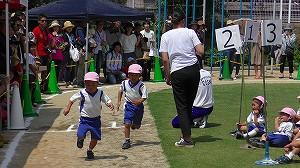 年中児競技「一周かけっこ」。どちらが先にゴールするかな。