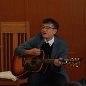 久木先生のギターに合わせて賛美歌を歌います
