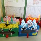 小学1年生もオニの面を作っていました