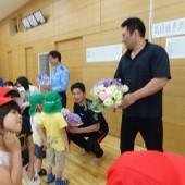 年長は警察の方にありがとうございますとお花を届けました
