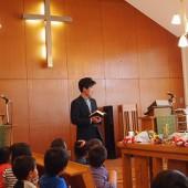 年少は教会で礼拝