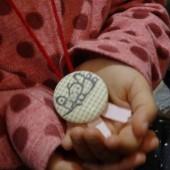 一人ひとりの名前を呼んで手作りのメダルをプレゼント