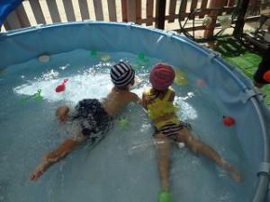 プール楽しいね♪