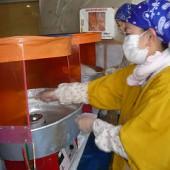 フル回転の綿菓子作り