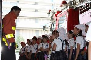 避難訓練のあとに消防署にいって、消防隊員のお兄さんたちのお話を聞きました! 火の怖さ、命の大切さ、消防隊員さんのお仕事について沢山の事を学んだね。