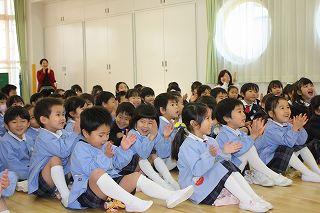 「すご~~~い!!!」 先生の名人芸に目をキラキラ輝かせる子どもたちです^^