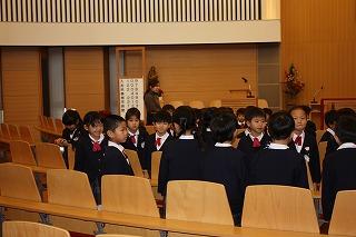 教会で行う平和の挨拶に習い、 子どもたち同士も新年の挨拶 「あけまして おめでとうございます」