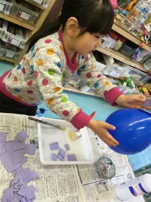 風船に和紙を貼って、はりこ製作です。過去に妹の為にはりこの起き上がり小法師を作ったので、またやってみたかったそうです。