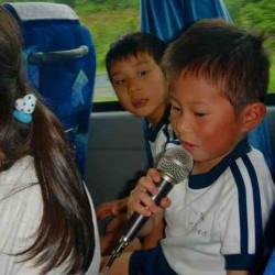 バスの中では、カラオケ大会が始まりました~!