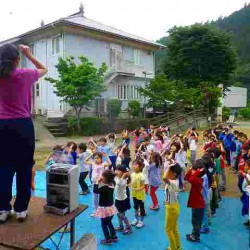 朝起きて、歯を磨いて着替えたら、皆でザックウ体操を踊りました。朝から元気いっぱいです!!